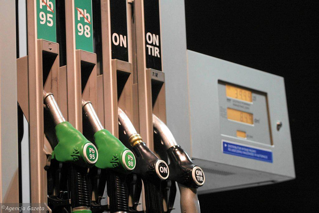 Do not refuel at these stations - they sell baptized fuel.  UOKiK publishes data [LISTA]