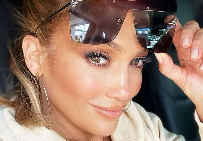 This is what Jennifer Lopez looks like in the morning.  The star threw the picture straight out of the bathtub