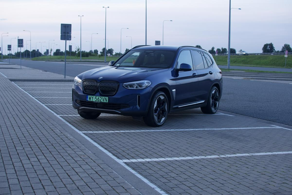 The BMW iX3 measures over 473 cm in length, 189 cm in width and 167 cm in height.  The ground clearance is about 18 cm and the wheelbase is 286 cm.  Luggage capacity is 510 liters.