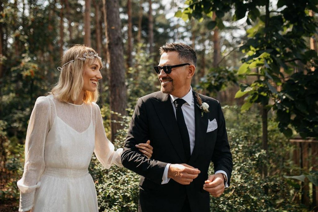 Krzysztof Ibisz and Joanna Kudzbalska have revealed more photos from the wedding.  You can see the bride's wardrobe.  These plants!